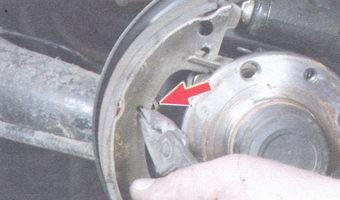 направляющая пружина тормозной колодки