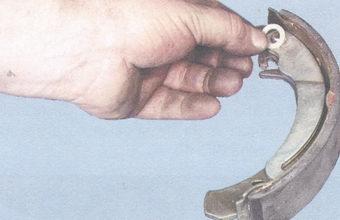 опорная шайба пальца приводного рычага задней тормозной колодки