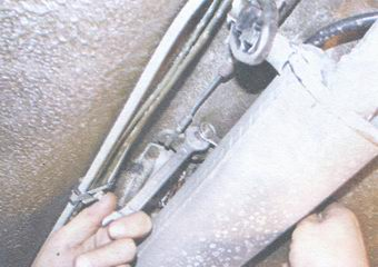 контргайка и регулировочная гайка уравнителя рычага ручного тормоза