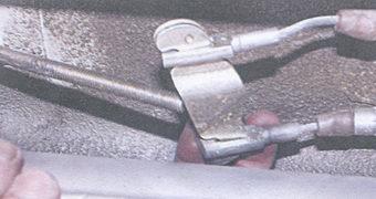 уравнитель с тяги рычага ручного тормоза
