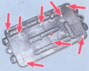 винты крепления нижней крышки монтажного блока