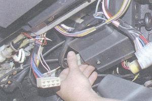отсоедините разъем с проводами замка зажигания от реле зажигания