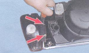 винты крепления указателя поворота к блок-фаре
