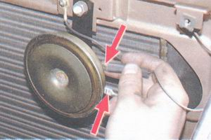 отсоедините провода от контактов звукового сигнала
