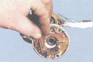 пружина щетки электродвигателя стеклоочистителя
