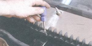 винт крепления решетки воздухопритока