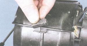 опору кожуха вентилятора отопителя салона