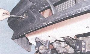 болт крепления переднего бампера