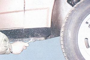 болт нижнего крепления переднего крыла
