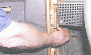 снятие обшивки двери