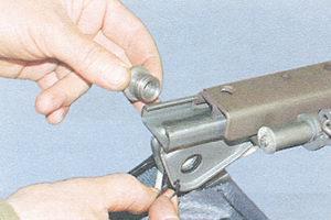 стопорное кольцо - втулка крепления салазок