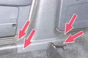 винты крепления нижней облицовки средней стойки