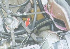 шланг соединяющий вакуумный усилитель с впускным трубопроводом двигателя