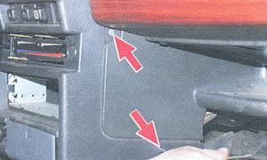 винты крепления накладки консоли панели приборов