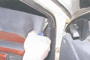 винт бокового крепления панели приборов с правой стороны