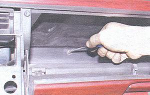 винт крепления панели приборов в вещевом ящике