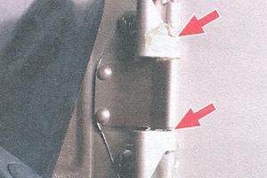 петля и пружина крышки люка топливного бака
