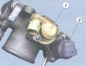1 датчик положения дроссельной заслонки - 2 регулятор холостого хода