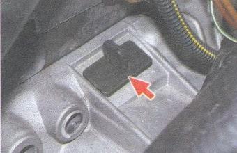 заглушка в картере сцепления для проверки совпадения меток ВМТ на маховике