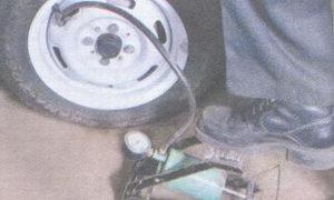 подкачка колеса ножным насосом
