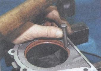 выпрессовка сальника коленвала из держателя