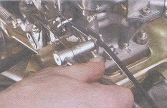 болт крепления оболочки тяги привода воздушной заслонки