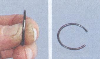 стопорные кольца, удерживающие поршневой палец