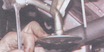 болт крепления маслоприемника к масляному насосу