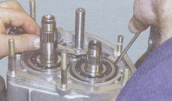 стопорное кольцо подшипника первичного вала