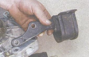 задняя опора двигателя