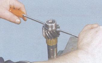 спрессовка внутреннего кольца переднего подшипника вторичного вала