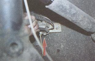 штуцера тормозных трубок регулятора давления тормозов