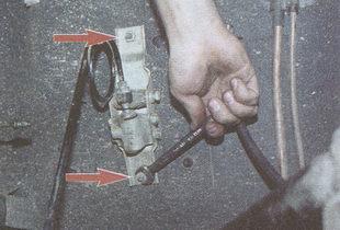 крепление кронштейна регулятора давления тормозов к днищу кузова автомобиля Волга ГАЗ 31105