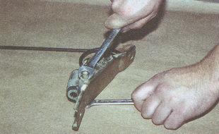 крепления регулятора давления тормозов к кронштейну