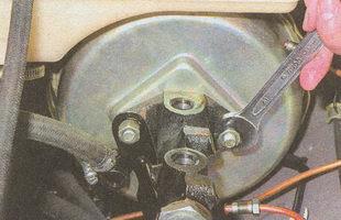 гайки крепления главного тормозного цилиндра к вакуумному усилителю