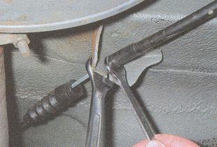 гайка крепления оболочки троса ручного тормоза к кронштейну