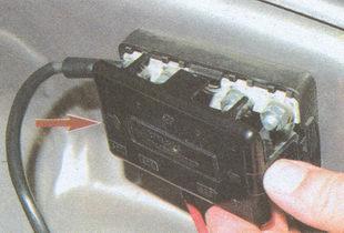 предохранители установленные в моторном отсеке автомобиля ГАЗ 31105