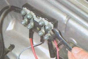 места крепления плавких предохранителей установленных в моторном отсеке автомобиля ГАЗ 31105