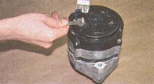 плюсовой вывод генератора автомобиля Волга ГАЗ 31105