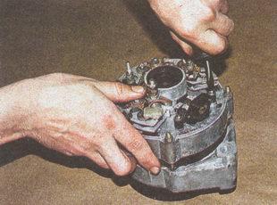 крепление регулятора напряжения к генератору