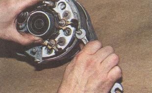 гайки четырех болтов, стягивающих крышки генератора