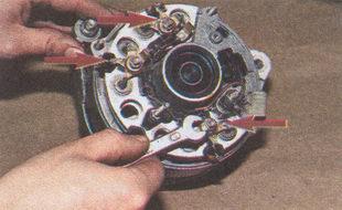 крепление выпрямительного блока генератора