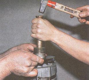 выбиваем вал ротора из отверстия шкива