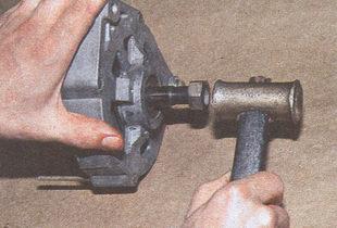 выбиваем вал ротора из переднего подшипника