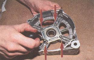 крепление крышки переднего подшипника генератора