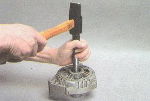 выбиваем подшипник крышки генератора