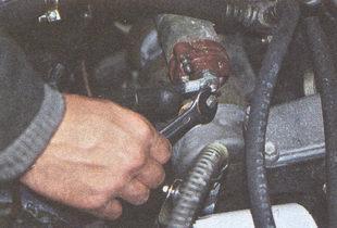 гайка наконечника провода подвода питания от аккумуляторной батареи