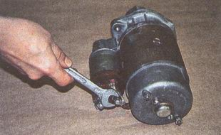 гайка крепления наконечника провода к тяговому реле стартера.