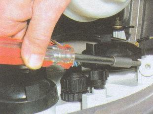 второй регулировочный винт для регулировки света фар на автомобиле ГАЗ 31105