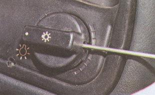 винт крепления ручки центрального выключателя освещения